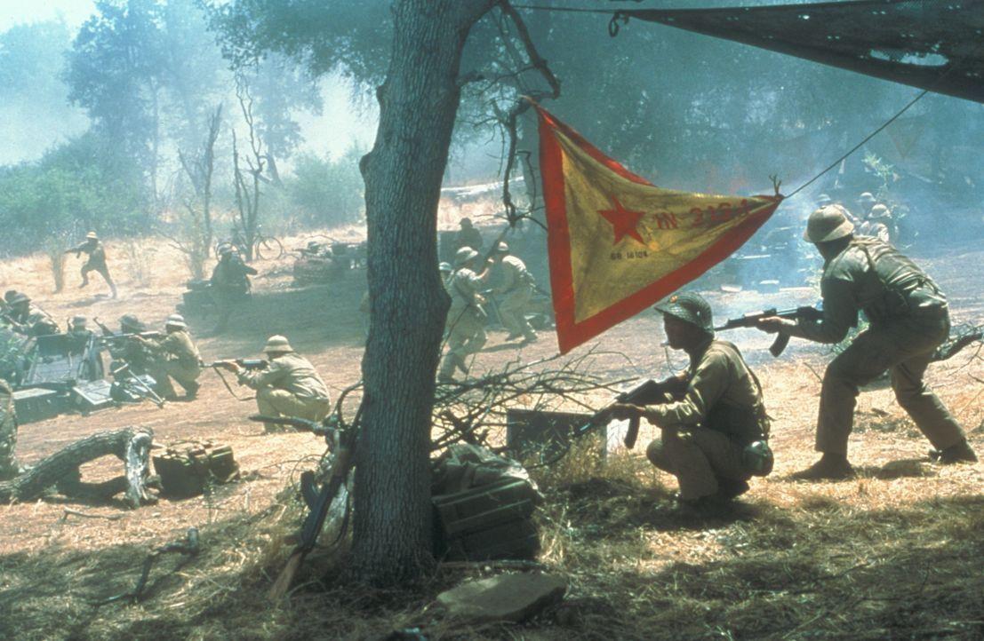 Ringsum im Dschungel kauern ungezählte Krieger des Vietkongs ... - Bildquelle: Paramount Pictures