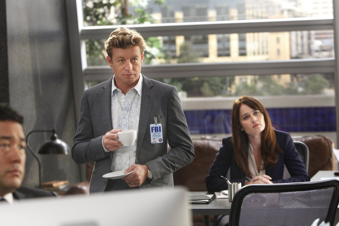 Wollen ihre Beziehung vor den Kollegen geheim halten, während sie in einem neuen Fall ermitteln: Jane (Simon Baker, M.) und Lisbon (Robin Tunney, r.... - Bildquelle: Warner Bros. Television