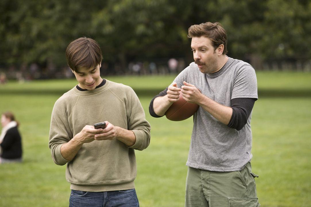 Seitdem Garrett (Justin Long, l.) eine Fernbeziehung führt, hängt er ständig am Handy. Seinem Kumpel Box (Jason Sudeikis, r.) gefällt das überhaupt... - Bildquelle: 2010 Warner Bros.