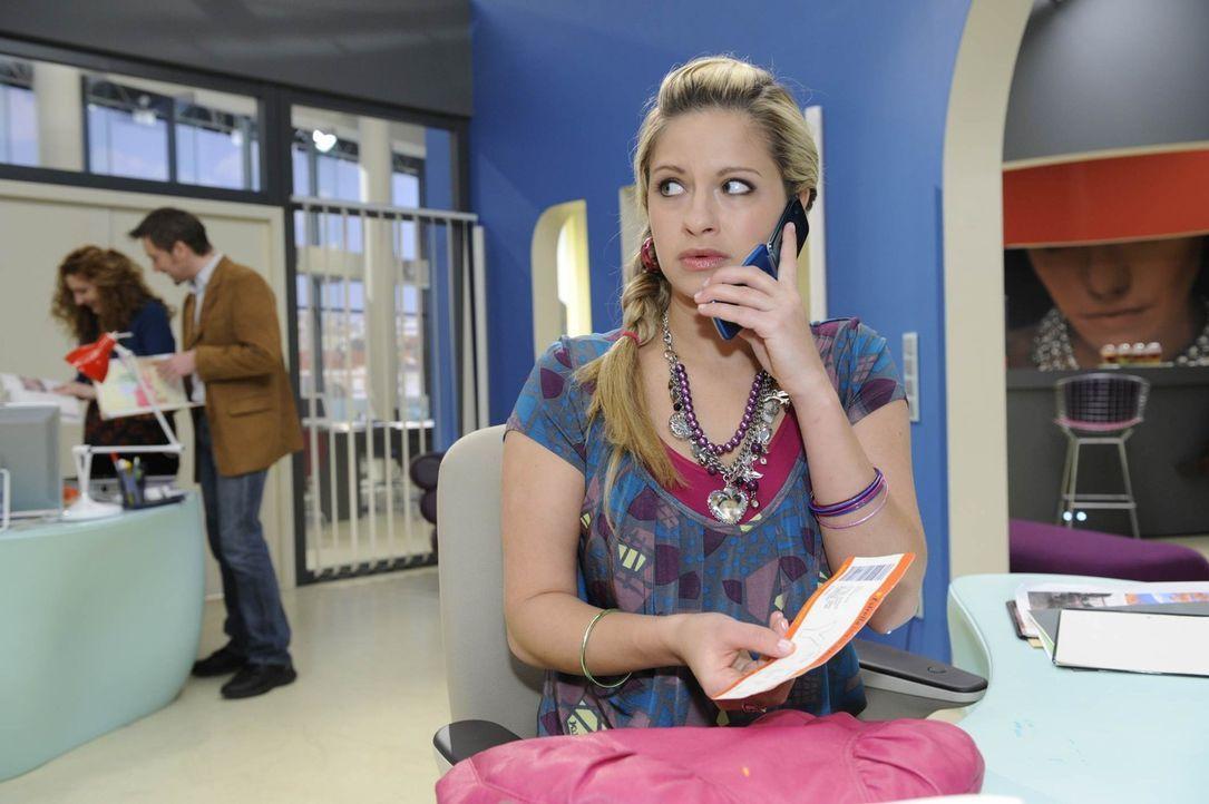 Mia (Josephine Schmidt) versucht zu beweisen, dass David hinter dem Attentat auf sie steckt. - Bildquelle: SAT.1
