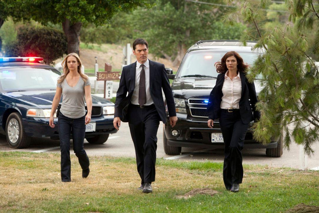 Ermitteln in einem neuen Fall: Hotch (Thomas Gibson, M.), J.J. (A. J. Cook, l.) und ihre neue Kollegin Alex Blake (Jeanne Tripplehorn, r.) ... - Bildquelle: ABC Studios