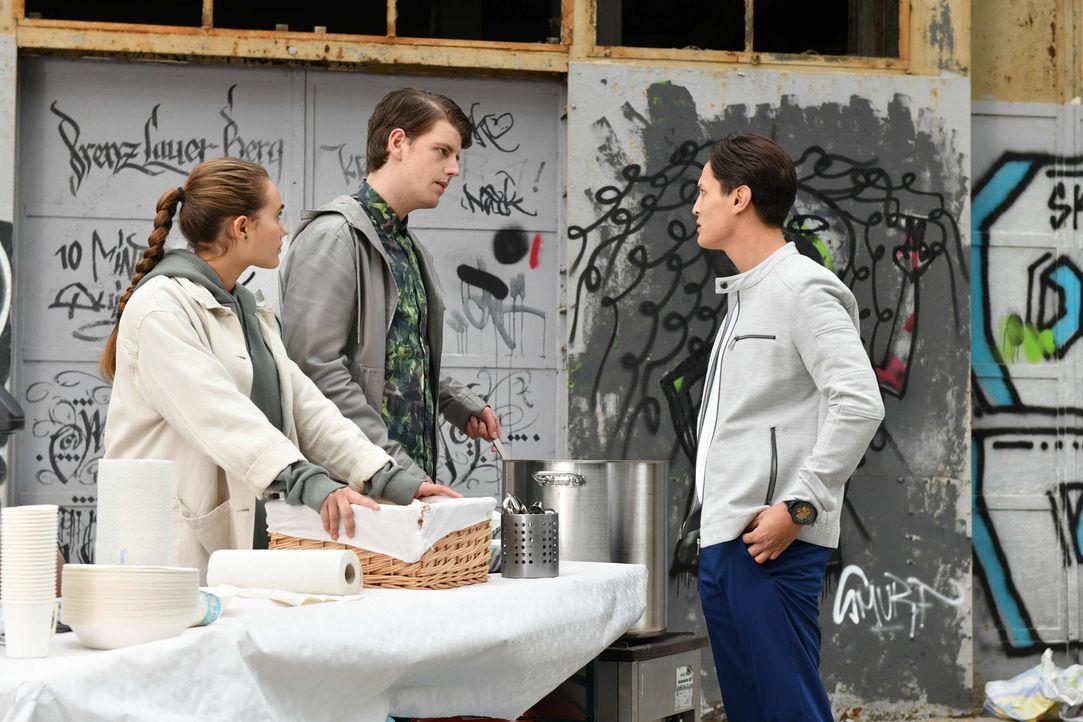Als Ben (Madieu Nguyen, r.) Jascha (Anno Kaspar Friedrich von Heimburg, M.) und Maria (Josephine Martz, l.) in der Obdachlosen-Hilfe besucht, ist Ja... - Bildquelle: Claudius Pflug SAT.1/Claudius Pflug