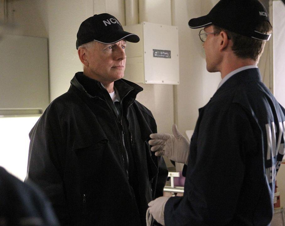Um einen Mord aufzudecken, müssen Gibbs (Mark Harmon, l.) und McGee (Sean Murray, r.) an Bord der USS Borealis anheuern ... - Bildquelle: CBS Television