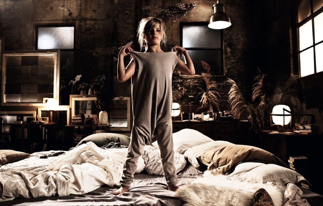"""Auf Kinder ist Henry überhaupt nicht eingestellt, da muss er eben kreativ werden, wenn es um das Nachtzeug für seine """"neue"""" Tochter Magdalena (Emm... - Bildquelle: 2012 Warner Brothers"""