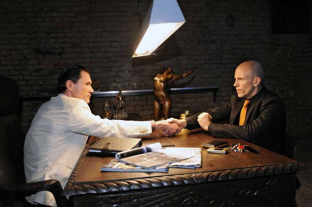 Gerrit sucht sich Hilfe in der Unterwelt... v.l.n.r.: Igor (Dimitri Bilov), Gerrit (Lars Löllmann) - Bildquelle: Sat.1