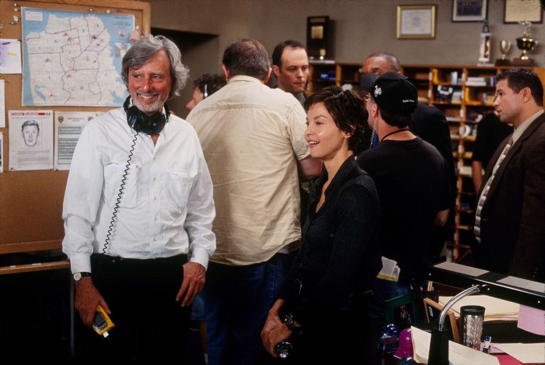"""Phillip Kaufmann (l.) und Ashley Judd (3.v.l.) bei den Dreharbeiten zu """"Twisted-Der erste Verdacht"""". - Bildquelle: Paramount Pictures"""
