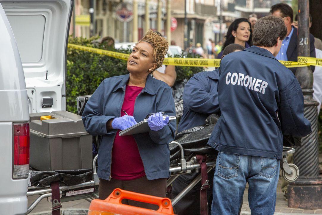 Bei den Ermittlungen in einem neuen Fall: Dr. Wade (CCH Pounder) ... - Bildquelle: 2014 CBS Broadcasting Inc. All Rights Reserved.