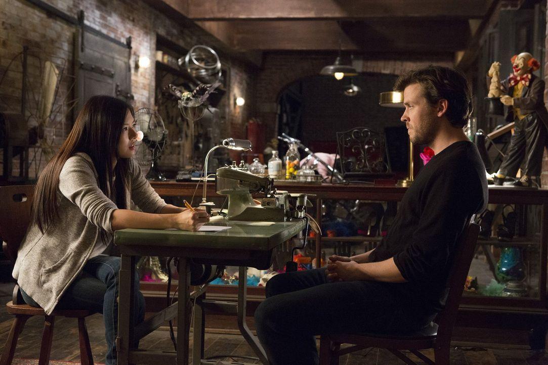 Cameron (Jack Cutmore-Scott, r.) glaubt nicht an hellseherische Fähigkeiten, unterzieht sich aber dennoch einer Sitzung mit Vivian Song (Christine K... - Bildquelle: Warner Bros.
