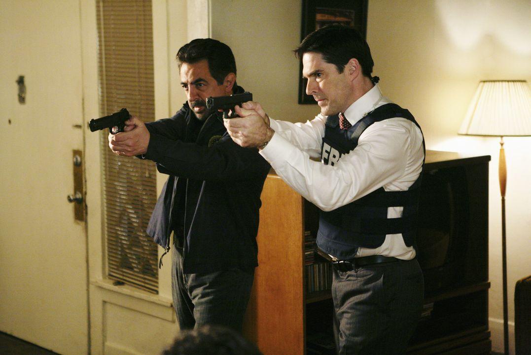 Ein neuer Fall beschäftigt Special Agent David Rossi (Joe Mantegna, l.), Special Agent Aaron Hotchner (Thomas Gibson, r.) und das restliche Team ... - Bildquelle: Touchstone Television
