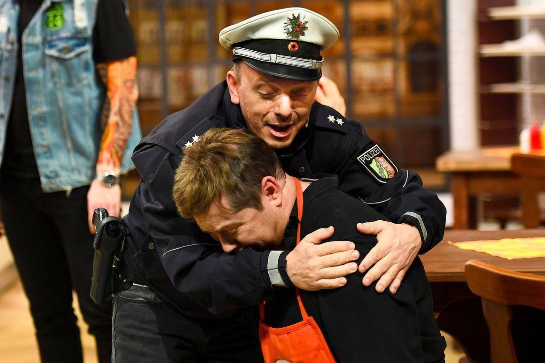 Als Polizist spendet Bernhard Hoëcker (l.) Trost dem Currywurstbudenbesitzer Sascha Korf (r.) - denn gerade ist ein Mord passiert ... - Bildquelle: Willi Weber SAT.1/Willi Weber