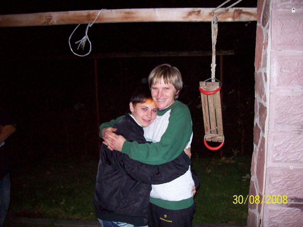 Seit dem 18. September 2008 hat Simone Blümel (r.) ihre 16-jährige Tochter nicht wiedergesehen. Carolin (l.) ist spurlos verschwunden. Wurde sie v... - Bildquelle: SAT.1