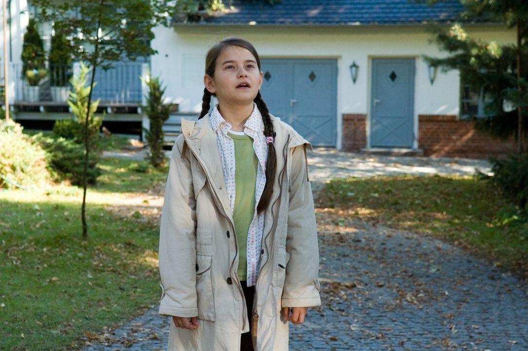 Antonia (Pauline Freidl) staunt nicht schlecht, als eines Tages ein seltsames Wesen vom Himmel gen Vorgarten schwebt ... - Bildquelle: Sat.1