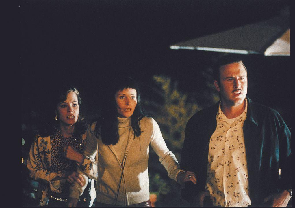 Gemeinsam machen sich Journalistin Gale Weathers (Courteney Cox, M.), Deputy Dewey Riley (David Arquette, r.) und Schauspielerin Jennifer Jolie (Par... - Bildquelle: Miramax Films