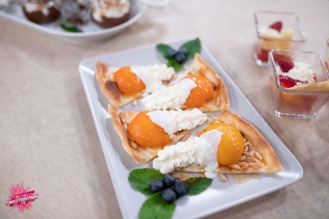 Flambierte Pfirsiche und Aprikosen auf Kuchenteig - Bildquelle: Stefanie Chareonbood
