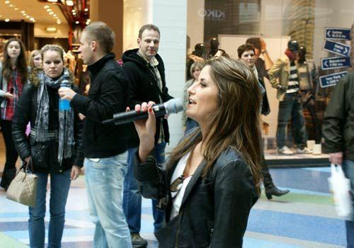 Vanessa kündigt die anschließende Autogrammstunde an. - Bildquelle: Danilo Brandt - Sat1