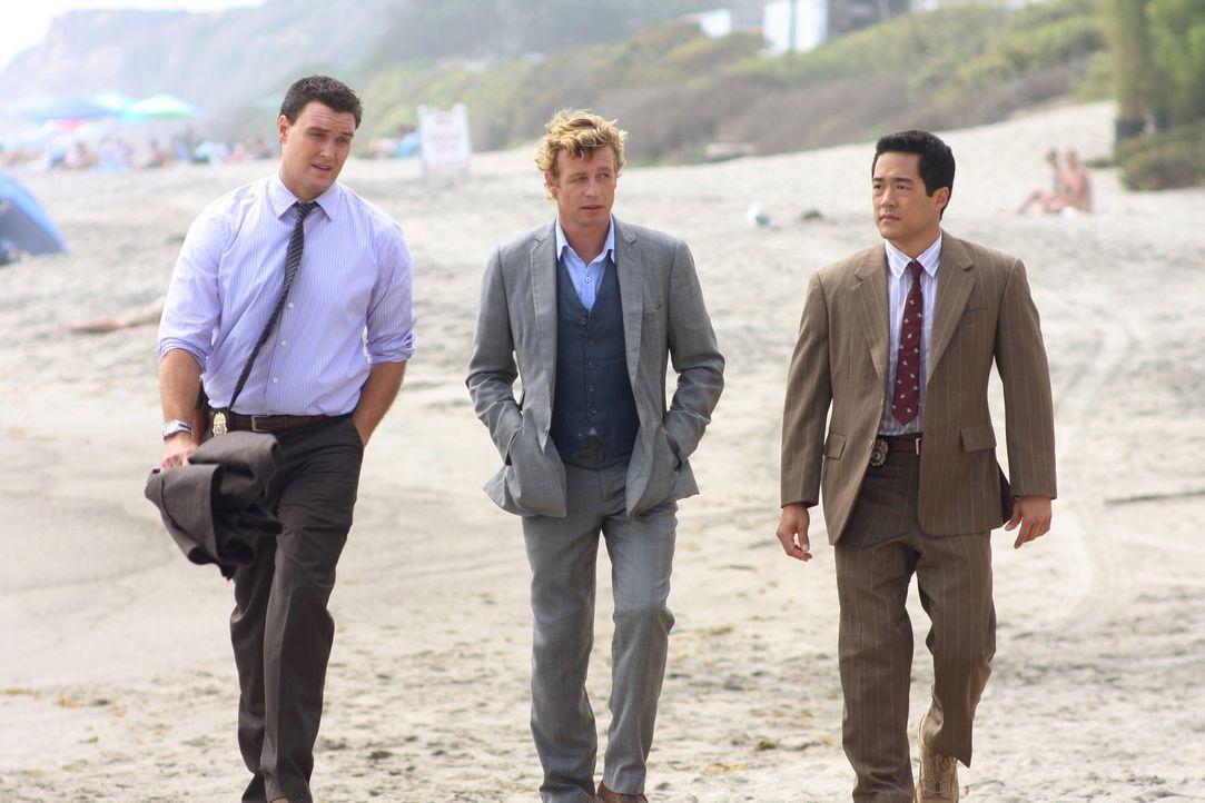 Als die Leiche eines Mädchen am Strand gefunden wird, werden Patrick Jane (Simon Baker, M.) und seine Kollegen Wayne Rigsby (Owain Yeoman, l.) und... - Bildquelle: Warner Bros. Television