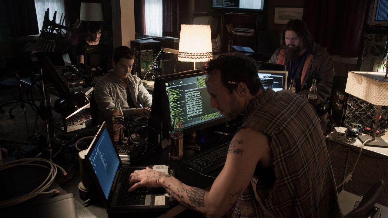 Als sich Benjamin (Tom Schilling, 2.v.l.) einer Gruppe von Hackern (Antoine Monot, Jr. (r.), Elyas M'Barek (l.), Wotan Wilke Möhring (2.v.r.)) ansch... - Bildquelle: Jan Rasmus Voss Wiedemann & Berg Film / Jan Rasmus Voss