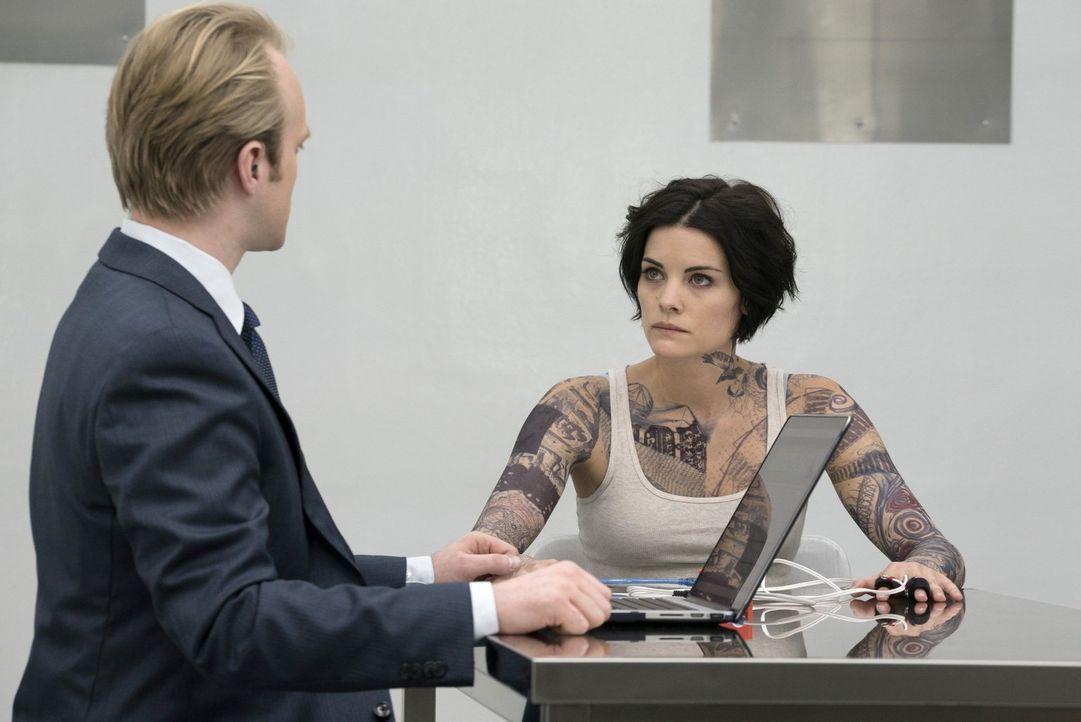 Um das Geheimnis um sie lüften zu können, muss sich Jane Doe (Jaimie Alexander, r.) einigen Tests unterziehen. Doch wird man dabei etwas herausfinde... - Bildquelle: Warner Brothers