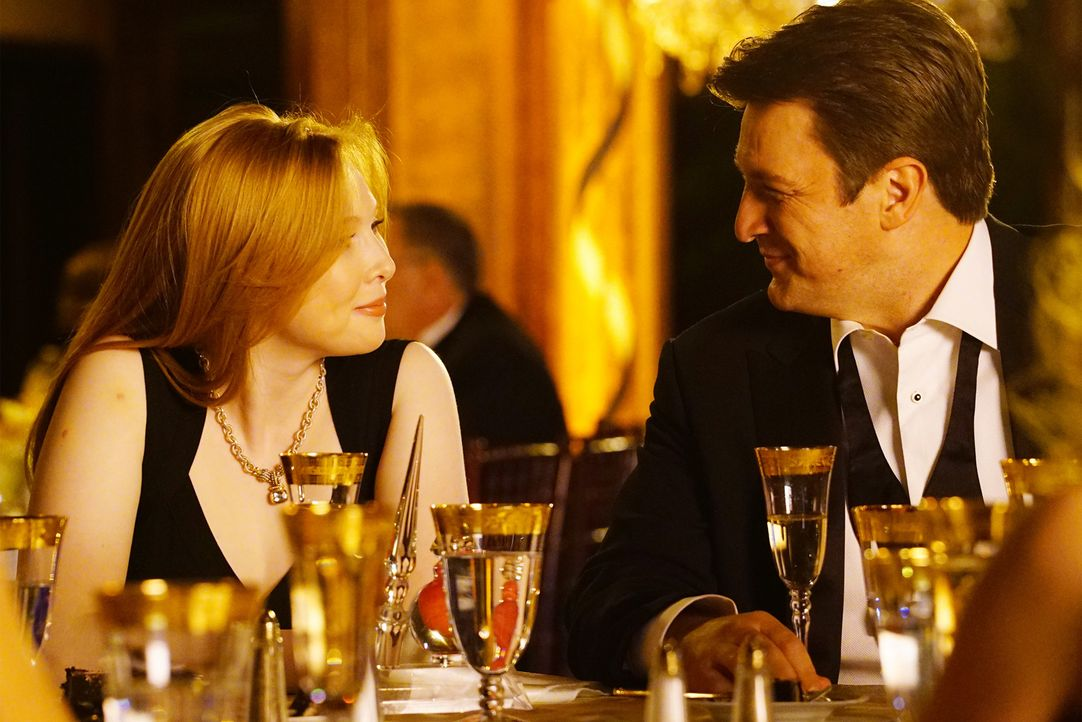 Alexis (Molly C. Quinn, l.) ist von der emotionalen Rede ihres Vaters Castle (Nathan Fillion, r.) besonders gerührt ... - Bildquelle: Richard Cartwright ABC Studios
