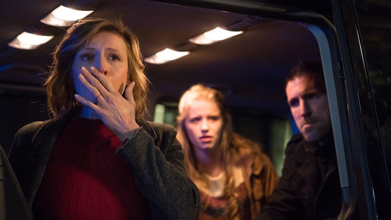 Die Intrige gegen ihren Mann nimmt ein unvorstellbares Ausmaß an und Rebecca (Franziska Weisz, l.) erkennt, dass nicht nur ihr Mann, sondern auch si... - Bildquelle: Marc Reimann SAT.1/Marc Reimann