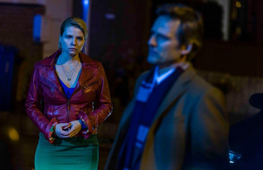 August (René Steinke, r.) will die Wahrheit über Pit wissen und bittet Danni (Annette Frier, l.) noch einmal um Hilfe - doch wird sie ihren Freund w... - Bildquelle: Frank Dicks SAT.1