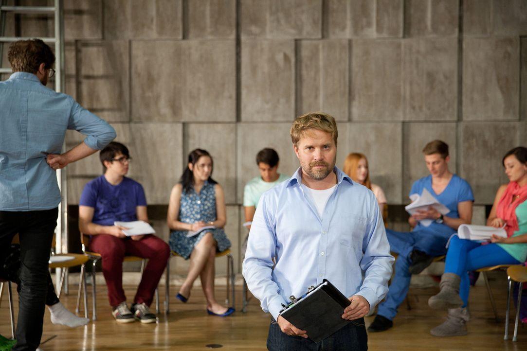 Seit Jahren will Frank (Janek Rieke, vorne) Shakespeares Sommernachtstraum mit der Theater AG der Schule aufführen. Dieses Jahr scheint sein Traum... - Bildquelle: Maor Waisburd SAT.1