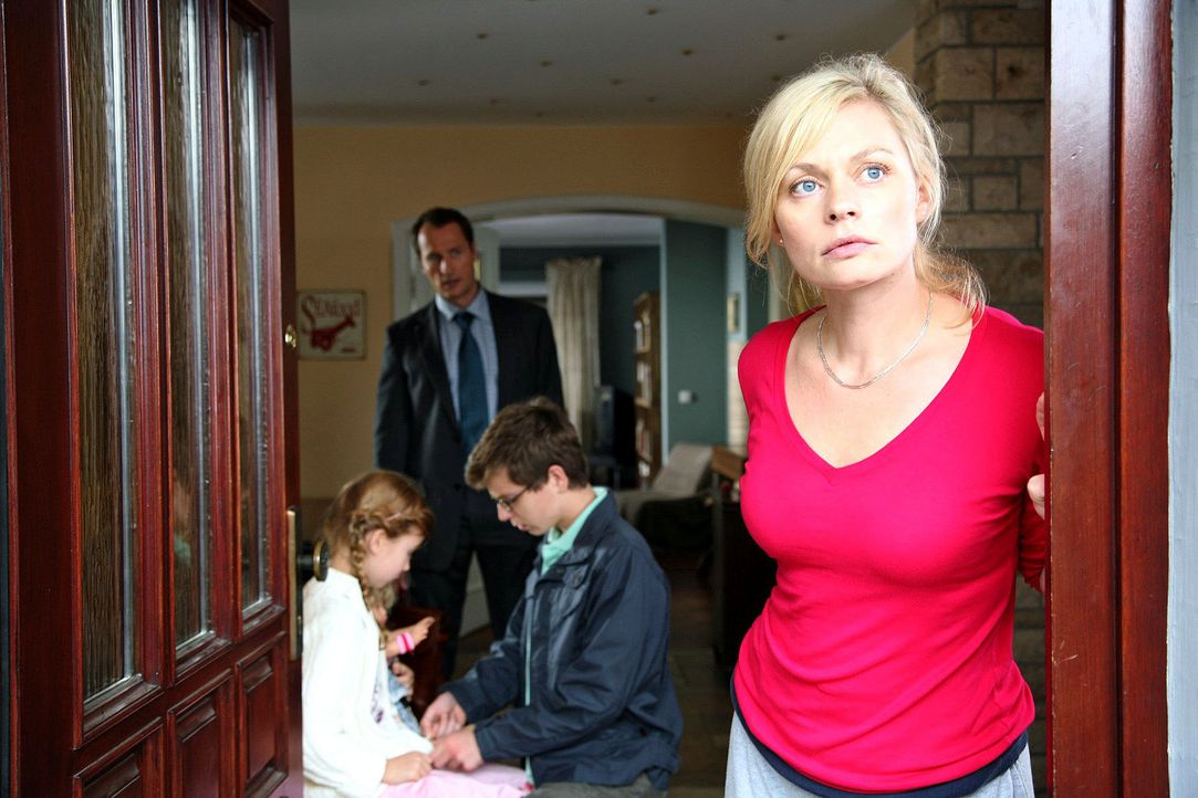 Alltägliche Hektik bei den Micklers. Mutter Laura (Susanna Simon, r.) sorgt dafür, dass ihr Mann (Markus Knüfken, 2.v.l.) und ihre Kinder Ron (St... - Bildquelle: Sat.1
