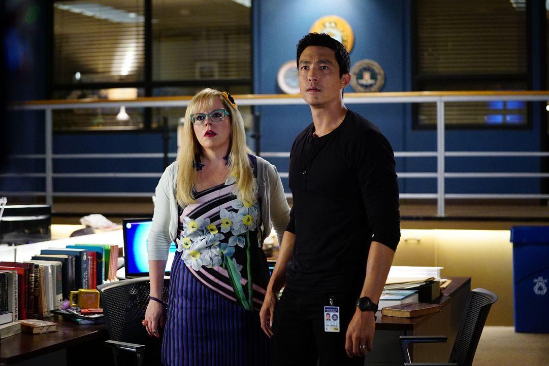 Erhoffen sich, den Entführer und Hacker Mr. Scratch mittels eines Funksignals aufspüren zu können: Penelope Garcia (Kirsten Vangsness, l.) und Matt... - Bildquelle: Sonja Flemming ABC Studios