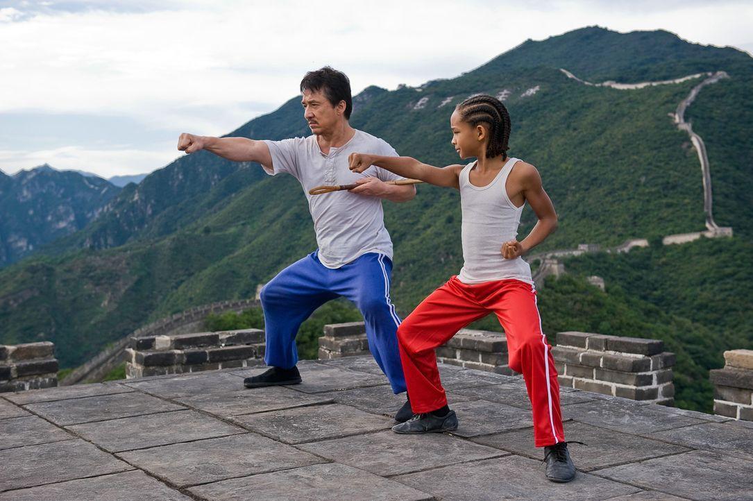 Schon bald bringt Mr. Han (Jackie Chan, l.) seinem Zögling Dre (Jaden Smith, r.) nicht nur das traditionelle chinesische Kung Fu bei, sondern ertei... - Bildquelle: 2010 CPT Holdings, Inc. All Rights Reserved.