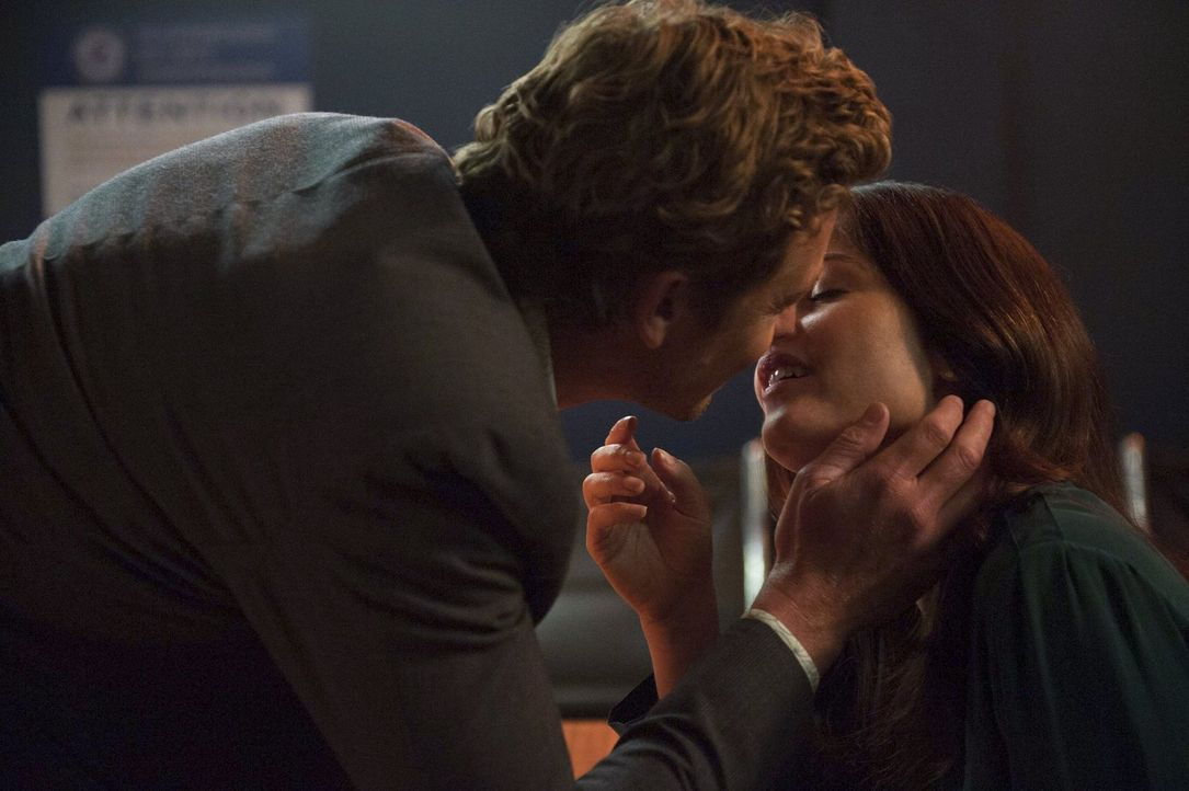 Sie scheine wie füreinander geschaffen, aber haben sie wirklich eine gemeinsame Zukunft? Jane (Simon Baker, l.) und Lisbon (Robin Tunney, r.) ... - Bildquelle: Warner Bros. Television