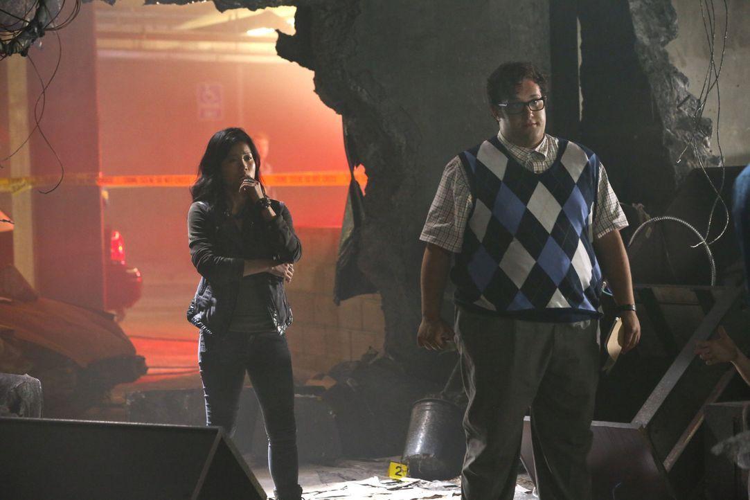 Kommen Happy (Jadyn Wong, l.) und Sylvester (Ari Stidham, r.) mit ihrer Hilfe zu spät? - Bildquelle: Michael Yarish 2014 CBS Broadcasting, Inc. All Rights Reserved