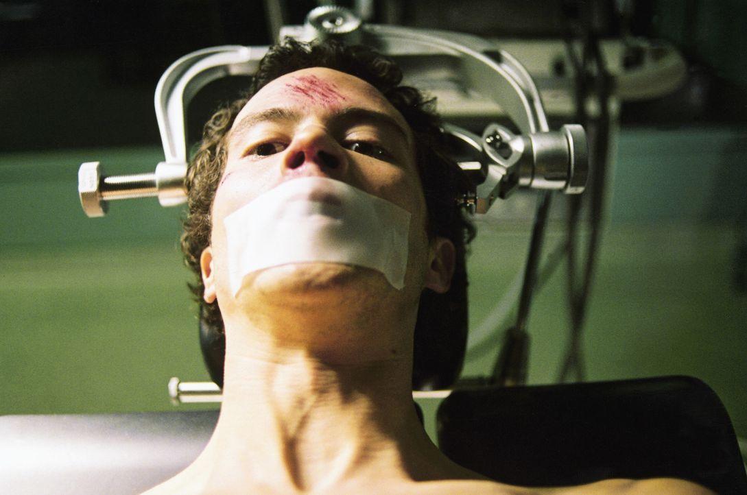 Ist es schon zu spät, als Jo Hauser (Barnaby Metschurat) erkennt, dass er selbst eine Versuchsperson für das Geheimprojekt der Klinik geworden ist? - Bildquelle: 2004 Sony Pictures Television International. All Rights Reserved.
