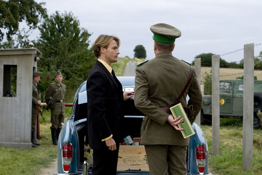 Hat immer Bestechungsgaben im Gepäck: Harald (Andreas Pietschmann, l.), der auf der anderen Seite der Grenze lebt und für die Böseckendorfer, insbes... - Bildquelle: Sat.1