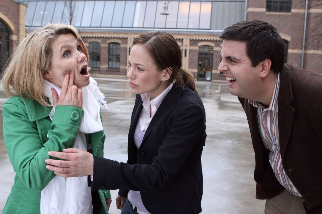 Fahrradunfall: Annette Frier (Annette Freier, l.) ist gestürzt, Freundin Anne (Sonsee Neu, M.) eilt zur Hilfe. Bastian (Bastian Pastewka, r.) besch... - Bildquelle: SAT.1
