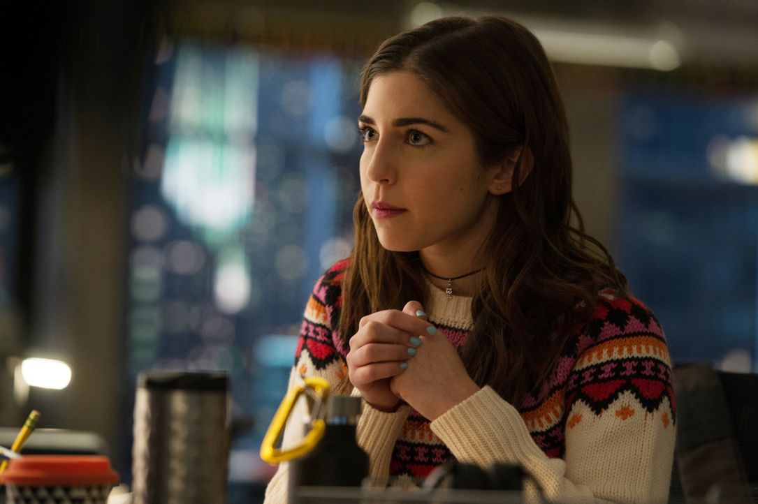 Cable (Annabelle Attanasio) sucht in Withrows E-Mails nach schriftlichen Hinweisen, dass Withrow wissentlich das Risiko des Konstruktionsfehlers in... - Bildquelle: Jojo Whilden 2016 CBS Broadcasting, Inc. All Rights Reserved