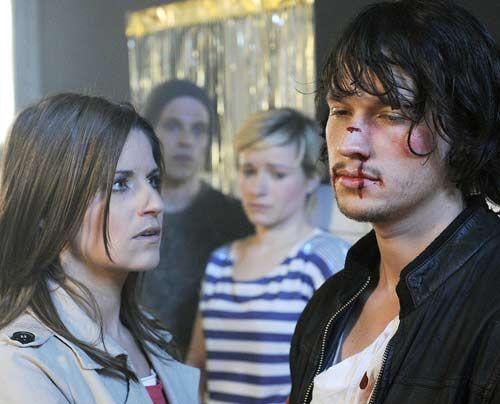 Bea wird von den Schülern zu einer Schlägerei ins Chulos gerufen und stellt entsetzt fest, dass Ben von Ronnie verprügelt wurde. Sie kümmert sic... - Bildquelle: Christoph Assmann - Sat1