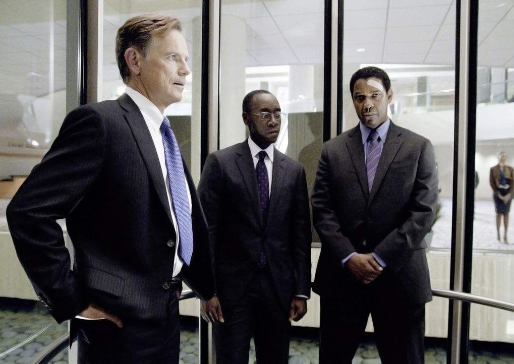 Charlie Anderson (Bruce Greenwood, l.)  von der Pilotengewerkschaft, Anwalt Hugh Lang (Don Cheadle, M.) und Whip (Denzel Washington, r.) vor der all... - Bildquelle: Robert Zuckerman 2012 PARAMOUNT PICTURES. ALL RIGHTS RESERVED.