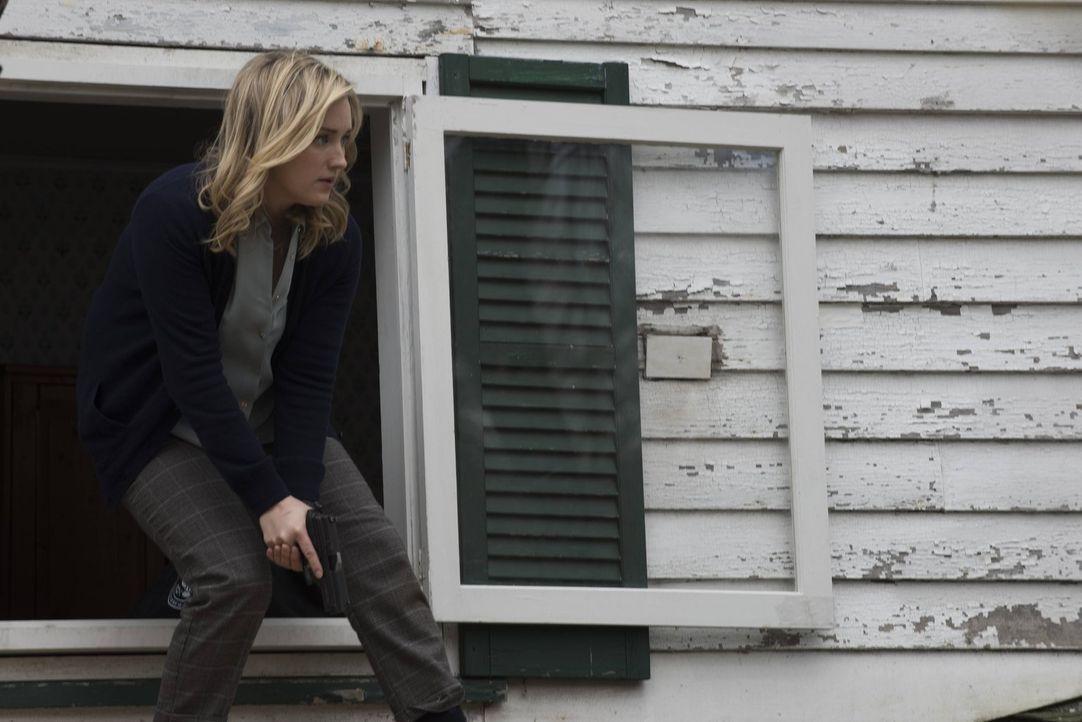Eigentlich war sich Patterson (Ashley Johnson) ziemlich sicher, dass der jungen Mya im Ferienhaus von Dr. Borden kein Unheil droht. Doch kaum angeko... - Bildquelle: Warner Brothers