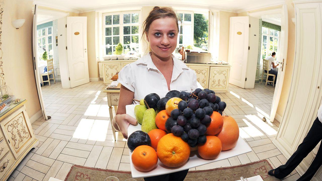 Luxushotel-Dwor-Oliwski-danzig-mitarbeiterin-obstschale-11-09-06-dpa - Bildquelle: dpa