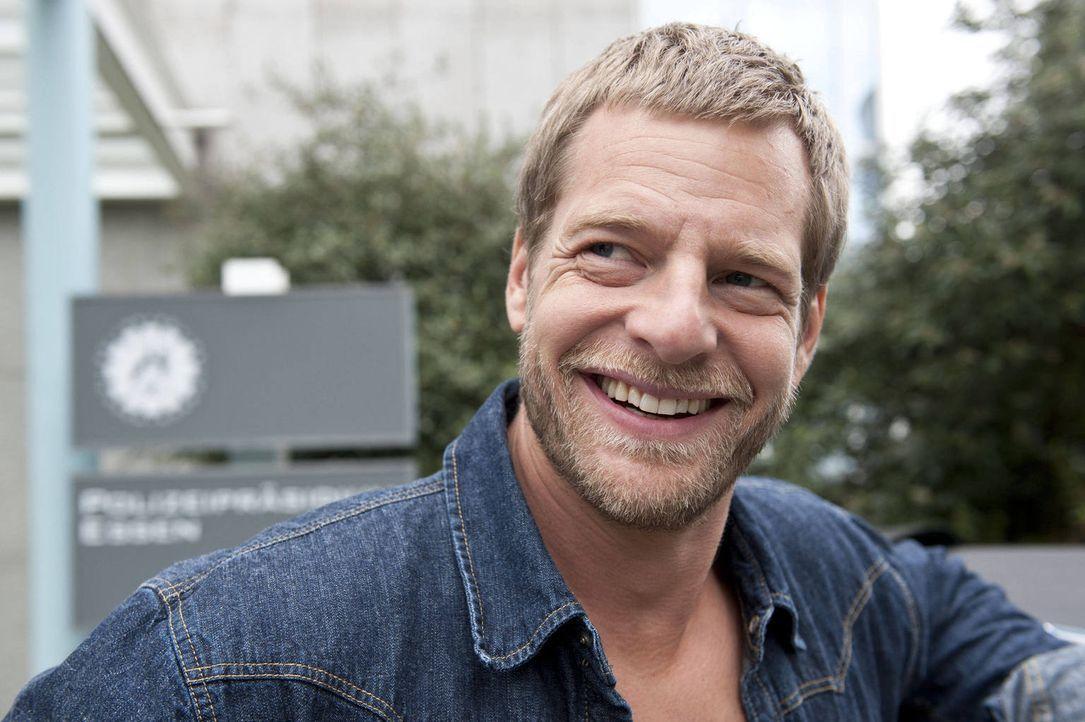 (3. Staffel) - Alles was er braucht, beherrscht er auch - und die Wäsche macht ihm Uschi: Mick (Henning Baum) ... - Bildquelle: Martin Rottenkolber SAT.1