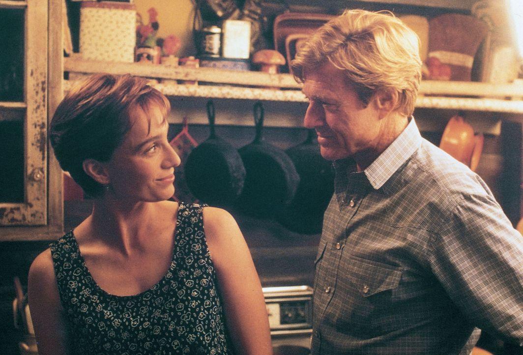 Annie MacLean (Kristin Scott-Thomas, l.) hofft auf die Hilfe des Pferdeflüsterers Tom Booker (Robert Redford, r.) ... - Bildquelle: Touchstone Pictures