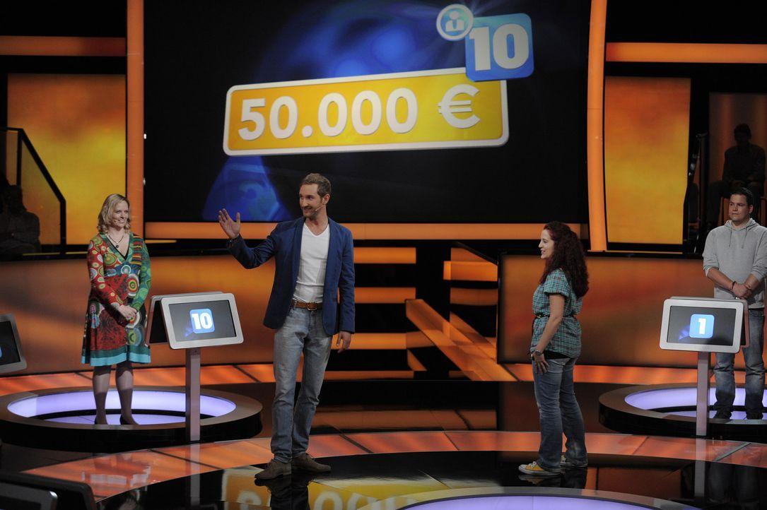 """In der Show """"Ab durch die Mitte - Das schnellste Quiz der Welt"""", die von Daniel Boschmann (2.v.l.) moderiert wird, kann ein Kandidat 50.000 Euro gew... - Bildquelle: Oliver S. SAT.1"""