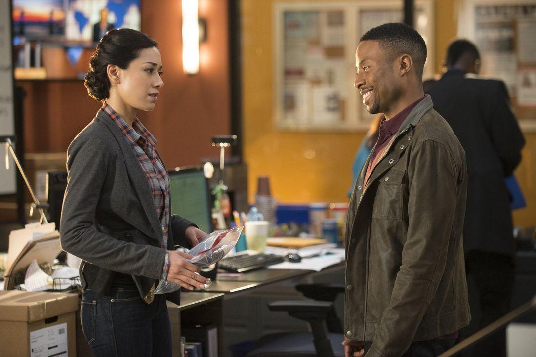 Carter (Justin Hires, r.), Lee und Didi (Aimee Garcia, l.) ermitteln in einem neuen Fall. Lee vermutet zunächst die chinesische Mafia hinter dem Übe... - Bildquelle: Warner Brothers