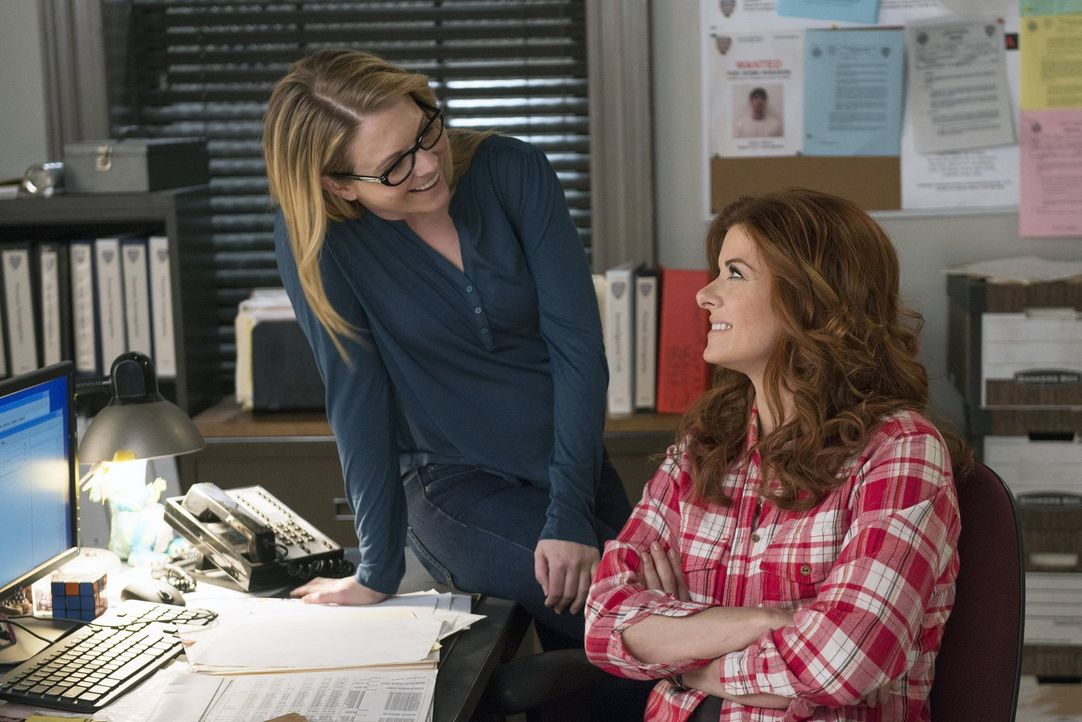 Bei den Ermittlungen in einem neuen Mordfall gerät Laura (Debra Messing, r.) mit der aufdringlichen Privatermittlerin KC (Melissa Joan Hart, l.) ane... - Bildquelle: Warner Bros. Entertainment, Inc.