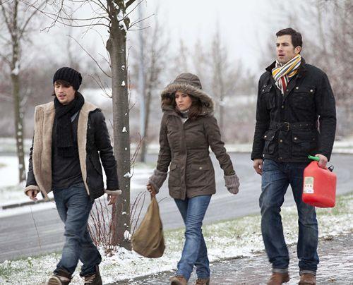 Auf der Suche nach Sophie, bleibt plötzlich der Bus stehen - Bea (Vanessa Jung, M.), Michael (Andreas Jancke, r.) und Ben (Christopher Kohn, l.) ma... - Bildquelle: David-Saretzki - Sat1