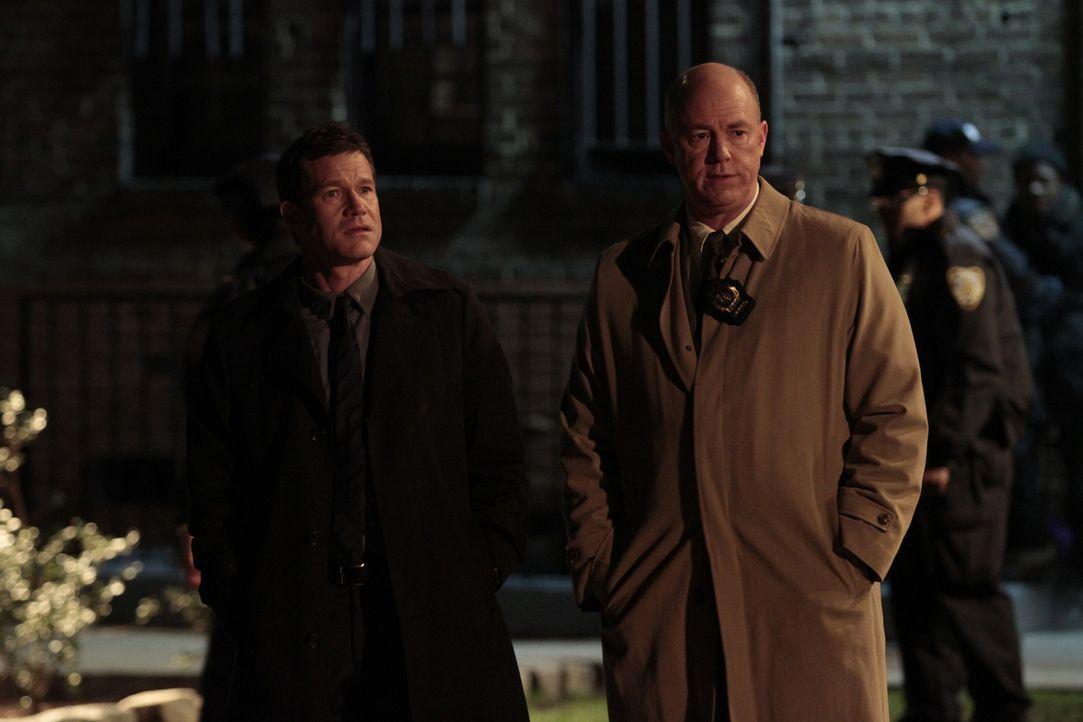 Ermitteln in einem Mordfall: Al Burns (Dylan Walsh, l.) und Mike Costello (Michael Gaston, r.) ... - Bildquelle: Sony Pictures Television Inc. All Rights Reserved.