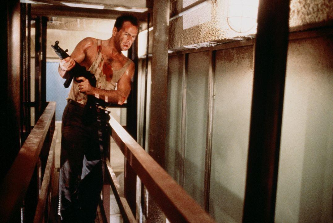 """Führt einen furiosen """"Ein-Mann-Krieg"""" gegen eine Bande von Terroristen: der Cop John McClane (Bruce Willis) ... - Bildquelle: 20th Century Fox"""