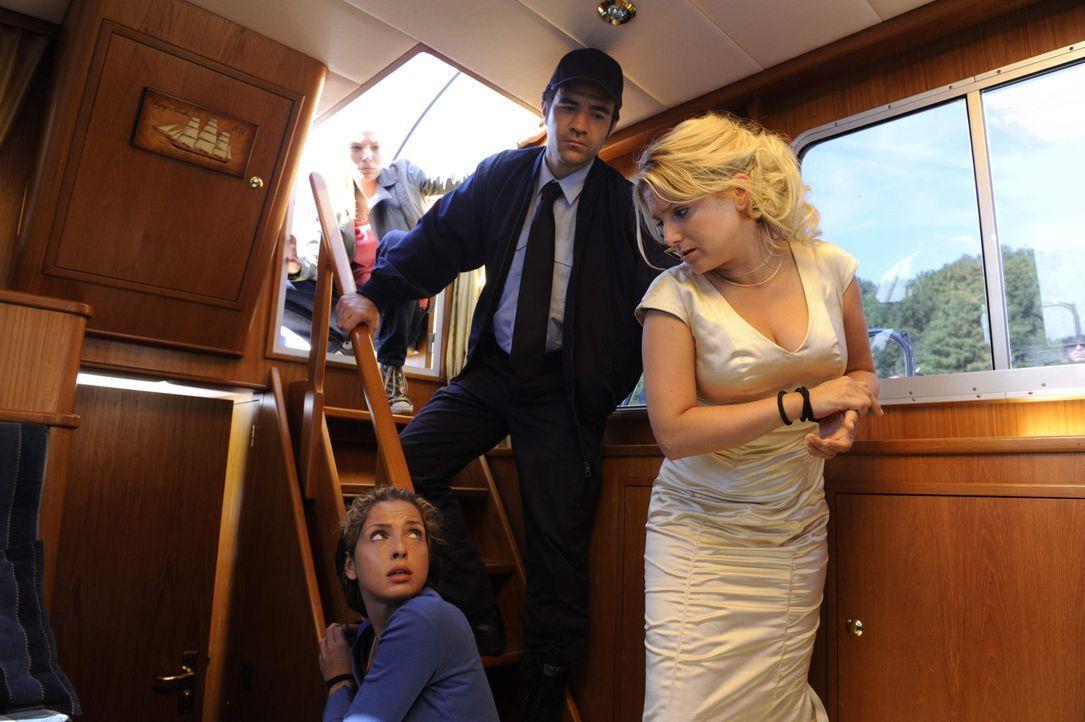 Als Anna (Jeanette Biedermann, r.) ihren Brautstrauß, den sie in der Villa vergessen hat, holen will, erwischt sie Frank (Urs Fabian Winiger, 2.v.r... - Bildquelle: SAT.1