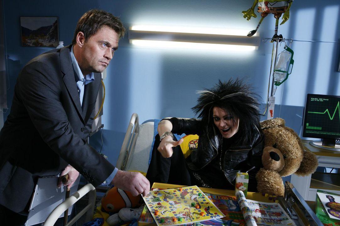 Tokio Hotel-Sänger Bill (Martina Hill, r.) leidet an einem ansteckenden Virus - ein Fall für Dr. House (Michael Müller, l.) ... - Bildquelle: Kai Schulz ProSieben / Kai Schulz
