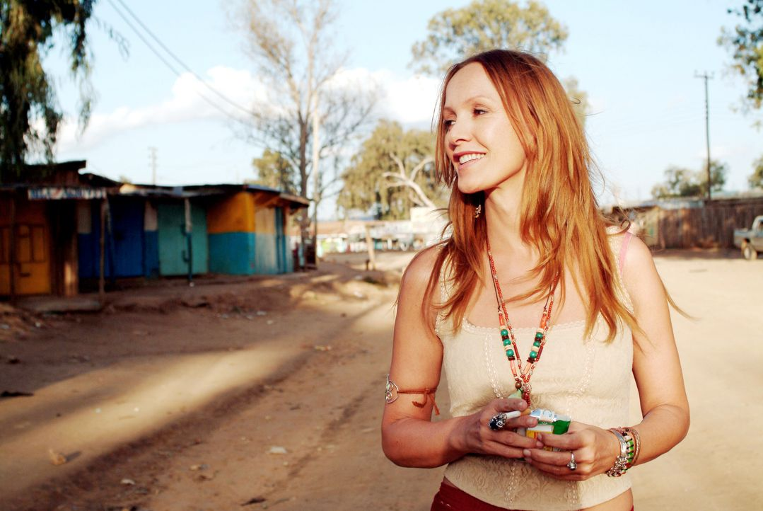 Elisabeth (Katja Flint) ist Deutsche und lebt seit Jahren als Frau eines Kenianers in Maralal. - Bildquelle: Constantin Film Produktion GmbH